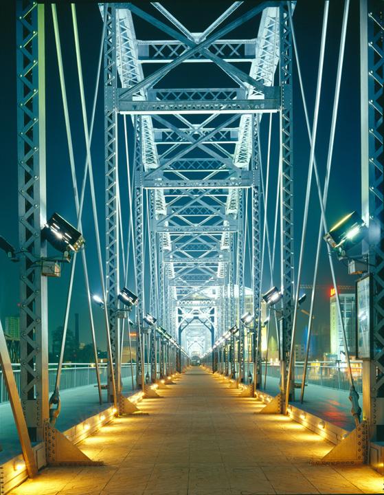 鸭绿江大桥其实有两座,相隔不足百米.第一座桥于1909...