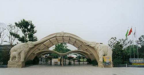 始建于原名西郊公园.上海动物园属于国家级大型动物园,占地面积74.