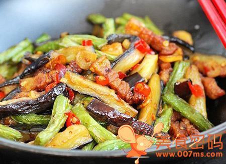 干锅茄子扁豆是以茄子、扁豆为主料的美味。