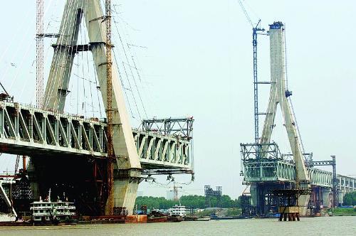 别致剪刀撑 优雅阳逻桥  阳逻长江大桥的混凝土主塔结构采...