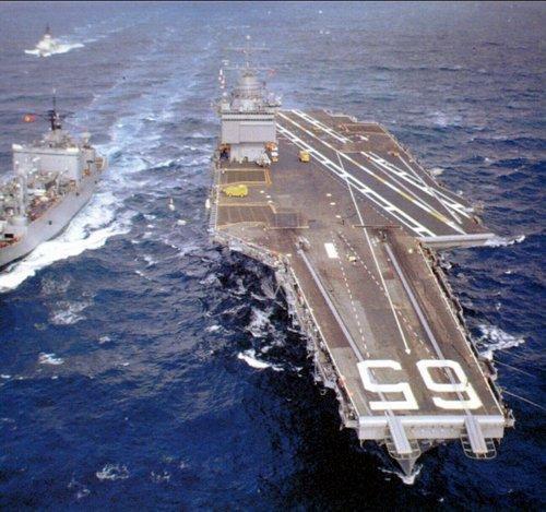 母舰上每个蒸汽弹射器每分钟可推动两架飞机起飞