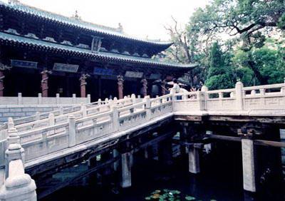 柱头置木斗栱与梁枋,承石头桥板与石栏杆