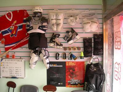 冰球装备为白色.在冰场一侧的界墙外设有分开的、供比赛...