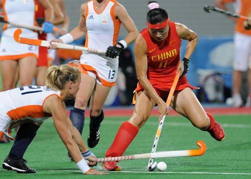 曲棍球  曲棍球运动术语.指一方队员将球越出边线时,则 应...