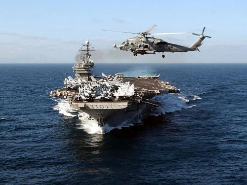 航舰上的降落官指挥飞机降落,他不断地告诉飞行员,他离最佳情况的偏差