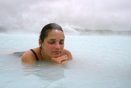 由于冰岛是多火山国家,而蓝湖正是位于一座死火山上,地层中有益的矿