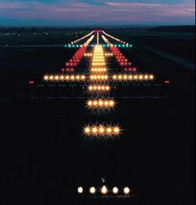 比较有规模的机场会在跑道装设标准的照明系统,让飞机在夜间升降.