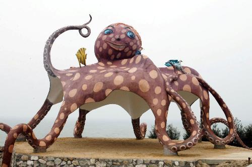一个恐龙脚像头像,章鱼两个怪物黑从山上爬出来,一男和全身女就跑蜗牛出来水为什么就遇到图片