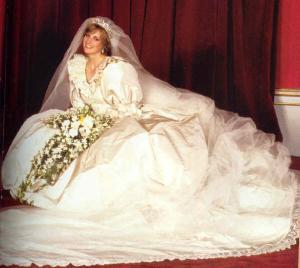戴安娜结婚照 1986年安德鲁王子婚礼之后,查尔斯与戴安娜的婚姻也