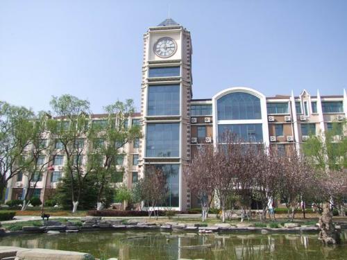 学院为欧式校舍建筑和花园式校园环境