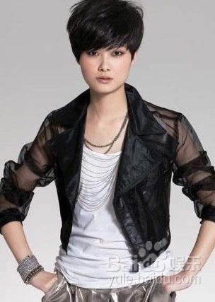 李宇春成名后,她的穿衣打扮风格