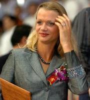 霍尔金娜与普京_退役后,霍尔金娜作为统一俄罗斯党的骨干和普京政策的拥护者,成为议员