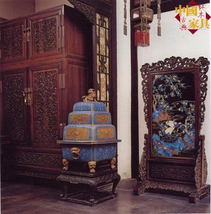 紫檀边框正面起双边线,边框内雕饰缠枝欧式卷草,紫檀木座架两边为立瓶