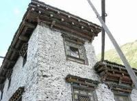 这是一种用乱石垒砌或土筑而成的房屋,高有三至四层.图片