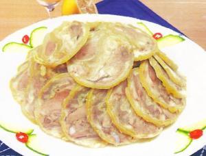 白羊头肉又称白水羊头是北京小吃中的精品,它是羊头用白水...