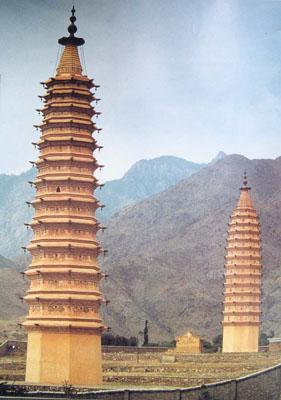 ...约50公里处的贺兰山东麓的拜寺口内,坐落着一对古塔,位置收起
