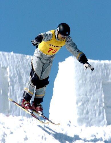 ...滑行于山丘雪原的   摘要   编辑摘要   编辑词条   越野滑...