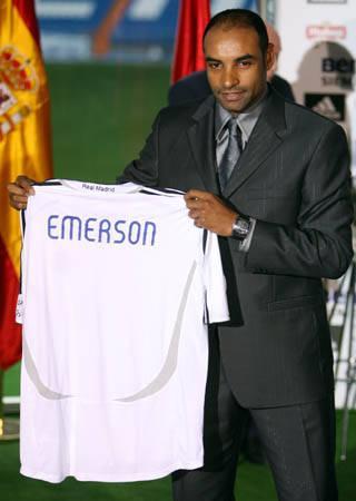 埃莫森展示球衣  1997年,当埃莫森进入他的第五个年头时,一...