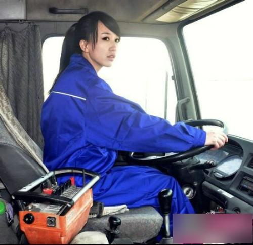 """2012年4月,在猫扑论坛爆出了一名物流公司美女司机""""蓝领妹""""的照片"""