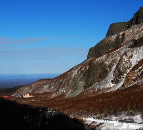 白云峰白云峰是吉林省的主峰,耸立于西侧,海拔2691米,是东北...