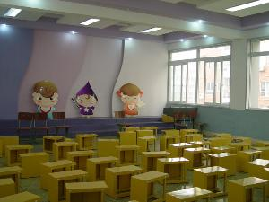 教学楼设计新颖,功能齐备,设有标准教室 43个,另有音乐室,美术室,电子图片