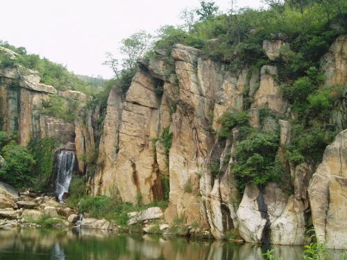 高公岛凰窝风景区位于新欧亚大陆桥东桥兴堡,距连云港