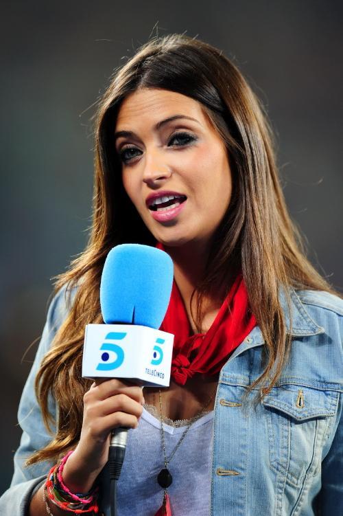 利亚斯亲女�_卡西利亚斯终于成功地抱得美人归,他与世界最美足球女记者萨拉-卡波内