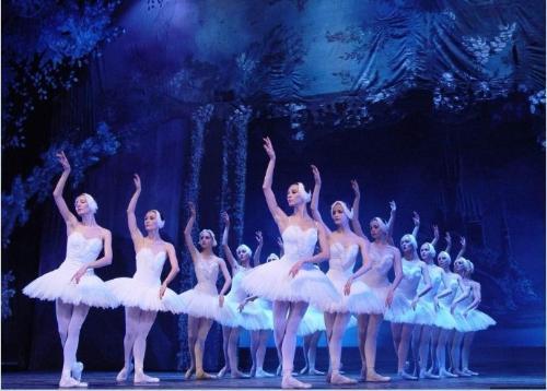 全部版本 历史版本   用脚尖站立的芭蕾舞女演员.