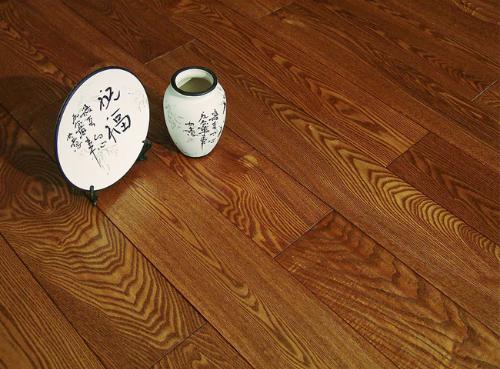 定义   木质地板的表面用艺术形式通过特殊加工成具有古典风格的地板