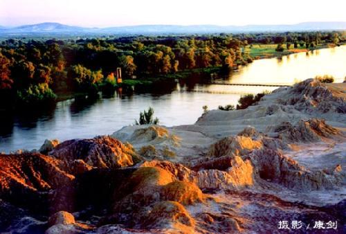 五彩湾风景区位于新疆沙漠侏罗纪