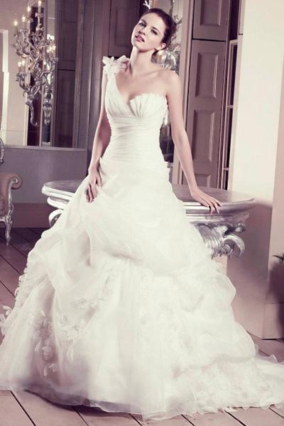 传统的西式婚礼的礼服却以白色婚纱和黑色礼服