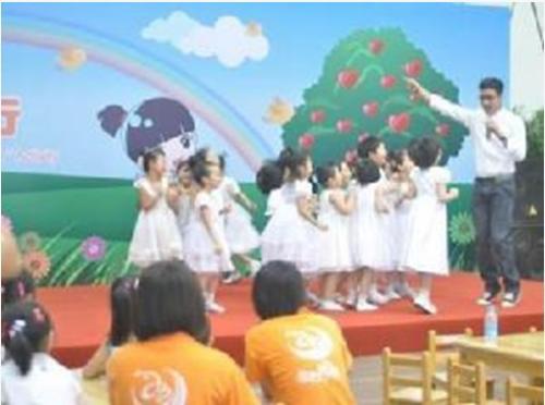 何晟铭带领孩子现场跳舞
