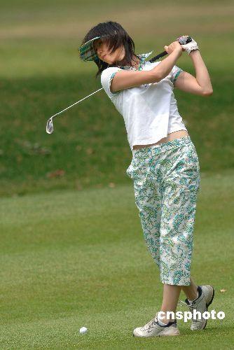 叶钊颖打高尔夫时的照片