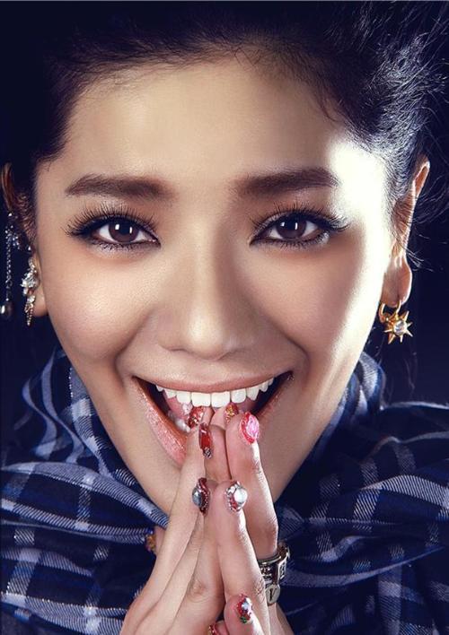 毕业于北京现代音乐研修学院欧美流行演唱系.其歌迷被称为萤火虫.