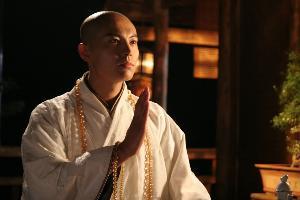无花  男(崔鹏饰)24岁,少林寺高僧,外表高雅超脱,不问世事,其实图片