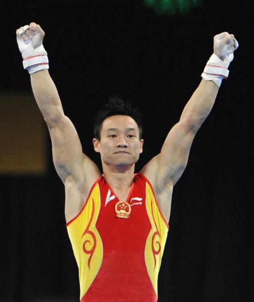著名体操运动员杨威荣获男子吊环银牌