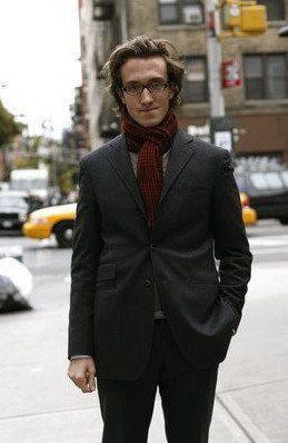 男士酒红色围巾怎么搭配