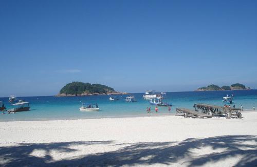 位于槟榔屿的北方,地理位置接近泰国.面积526平方千米.