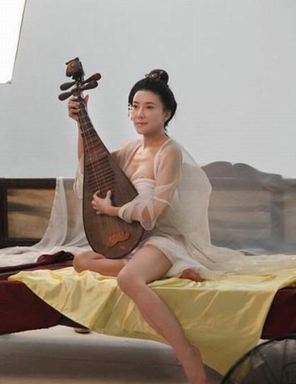 (资料图); 3d《新金瓶梅》 潘金莲嫩模龚玥菲;       新版潘金莲玩冰