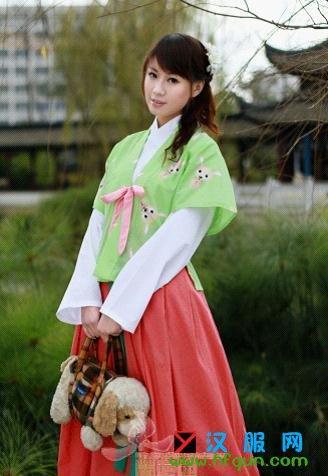 现代汉服以传统形制,服饰文化特征为主体,在布料,纹饰图案,局部结构上