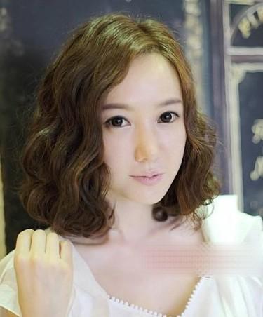 中分刘海能够增加女性的知性感,所以在职场上较适合使用.图片