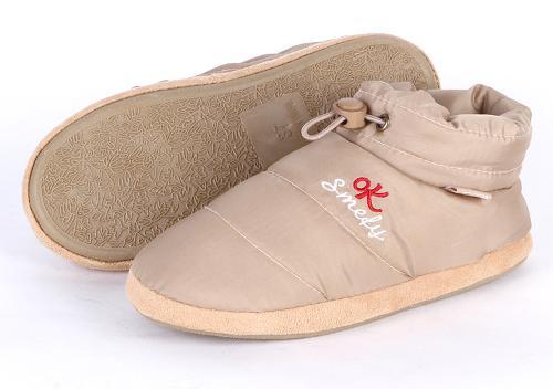 按款式造型可分为:包跟棉拖鞋,厚底棉拖鞋,卡通棉拖鞋,创意棉拖鞋.图片