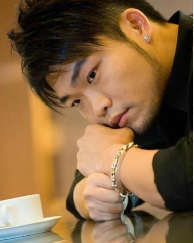 2003年,李玖哲以machi团员nicky小胖子的身份进入了华语乐坛,并迅速
