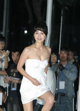 徐英姬随后,徐英熙出演电影《麻婆岛》、《我一生最美的一...
