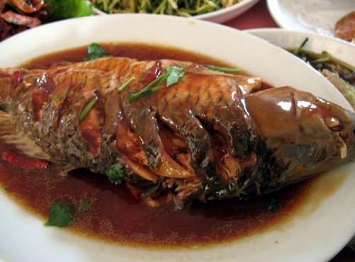 红烧鲤鱼是热菜菜谱之一,以鲤鱼为制作主料,红烧鲤鱼的烹饪...