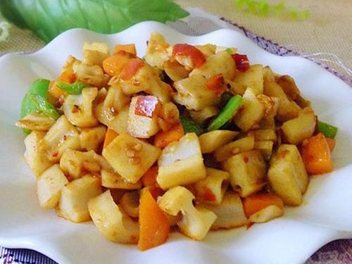 藕去皮切成丁泡在水中,锅烧油放入葱姜煸香,放入泡椒和胡萝卜翻炒;  3