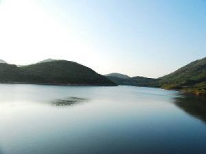 代海盗张保仔的古堡,东南海岸则有香港海岸最长的海水浴场