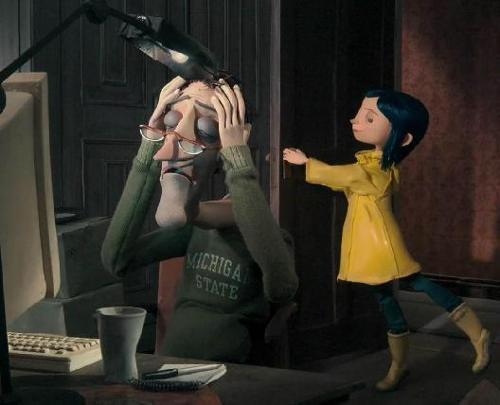 爸爸���$y�.Zh�Zh�z�_在预告片中展示了电影女主角卡洛琳另一个父亲的形象,他穿着猴骨拖鞋