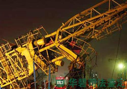 当时,塔吊安装单位作业人员进行qtz63-Ⅱ型塔机顶升作业,在进行第二节图片