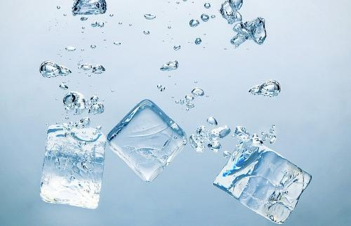 """横折 撇 捺 和制汉字 氷,拼音:bīng(koori) ,注音:ㄅㄧㄥ ◎ 同""""冰"""".图片"""